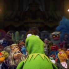 I Muppet: Kermit in teatro parla a tutti i suoi amici pupazzi in una scena del film