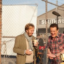 Jason Segel con il regista James Bobin ridono di gusto sul set de I Muppet
