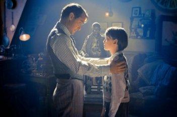 Jude Law insieme ad Asa Butterfield in una scena di Hugo Cabret 3D