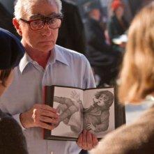 Martin Scorsese illustra una scena ad Asa Butterfield e Chloë Moretz sul set di Hugo Cabret 3D