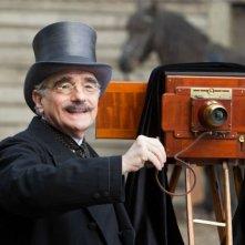Martin Scorsese sul set di Hugo Cabret 3D con una vecchia macchina per fotografie