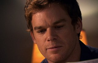 Michael C. Hall in un primo piano tratto dall'episodio This is the Way the World Ends