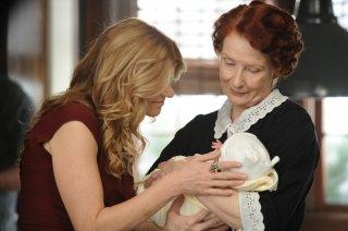 American Horror Story: Frances Conroy con Connie Britton in Afterbirth, finale della prima stagione