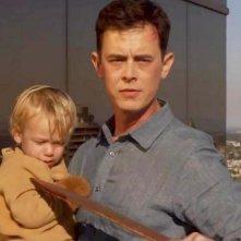 Colin Hanks minaccia di uccidere il piccolo Harrison in una concitata scena dell'episodio This is the Way the World Ends