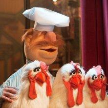 I Muppet: il cuoco svedese Olaf con tre galline in una divertente scena del film