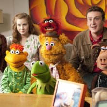 I Muppet: Jason Segel insieme a Amy Adams e Rowlf the Dog, Scooter, Fozzie Bear, Kermit, Miss Poogy e Gonzo il Grande in una scena del film