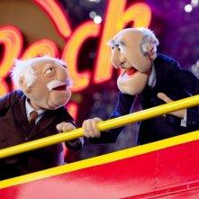 I Muppet: Statler e Waldorf davanti all'Hard Rock Café in una foto promozionale del film