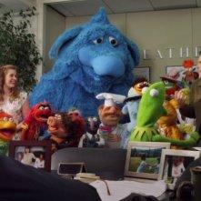 Jason Segel ed Amy Adams insieme ai loro amici Muppet in una scena del film