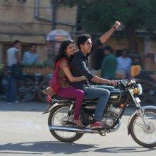 Marigold Hotel: Dev Patel insieme a Tena Desae in moto in una scena del film