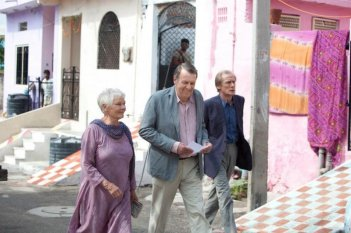 Marigold Hotel: Judi Dench insieme a Bill Nighy e Tom Wilkinson in una scena del film
