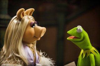 Miss Piggy guarda intensamente Kermit in una scena tratta dal film I Muppet
