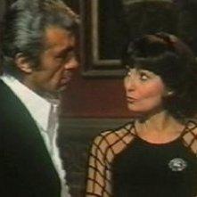 Chris Avram con Rosanna Schiaffino in una scena de L'assassino ha riservato nove poltrone