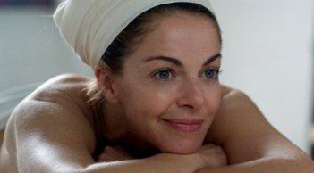 Claudia Gerini in una buffa scena di Com'è bello far l'amore
