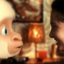 Copito de Nieve, una scena del film dedicato al gorilla albino dello zoo di Barcellona