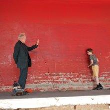 Thomas Horn e Max von Sydow sullo sfondo di una parete rossa in Molto forte, incredibilmente vicino