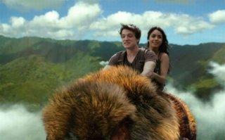 Viaggio nell'isola misteriosa: Josh Hutcherson e Vanessa Hudgens cavalcano un misterioso animale in una scena del film