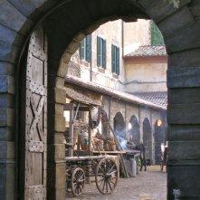 La Figlia di Elisa Ritorno a Rivombrosa - scenografia  ingresso delle stalle del borgo realizzata da Giuseppe Pirrotta