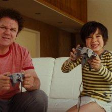 John C. Reilly insieme al piccolo Jasper Newell nel dramma E ora parliamo di Kevin