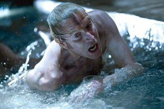 Rhys Ifans in una drammatica scena di The Amazing Spider-Man