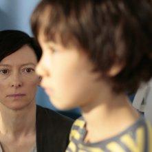 Tilda Swinton col piccolo Jasper Newell in una scena di E ora parliamo di Kevin
