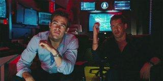 Chris Pine insieme a Tom Hardy studiano il piano in una scena del film Una spia non basta