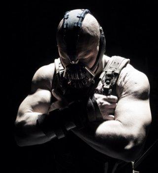 Il possente Bane, interpretato da Tom Hardy, in posa per Il cavaliere oscuro - Il ritorno
