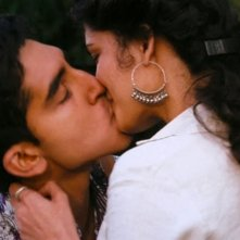 Marigold Hotel: Dev Patel bacia appassionatamente Tena Desae in una scena del film