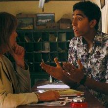 Marigold Hotel: Dev Patel e Penelope Wilton in una scena del film