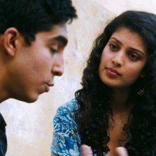 Marigold Hotel: Dev Patel e Tena Desae in una scena del film