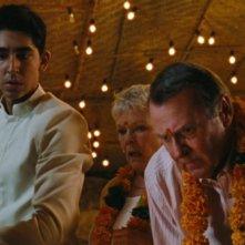 Marigold Hotel: Dev Patel insieme Judi Dench e Tom Wilkinson in una scena del film
