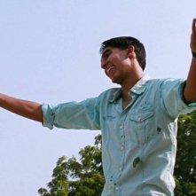 Marigold Hotel: Dev Patel sorride in una scena del film