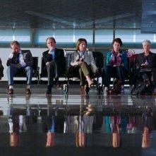 Marigold Hotel: il gruppo in attesa del volo in aeroporto in una scena del film