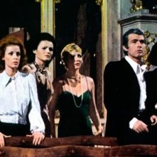 Paola Senatore, Eva Czemerys, Lucretia Love, Chris Avram e Rosanna Schiaffino ne L'assassino ha riservato nove poltrone