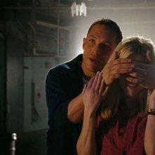 Reese Witherspoon e Tom Hardy in una tenera scena di Una spia non basta