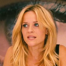 Reese Witherspoon impaurita in una scena del film Una spia non basta