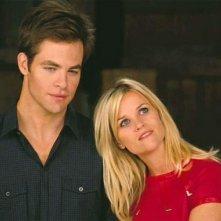 Reese Witherspoon insieme a Chris Pine in una scena del film Una spia non basta