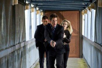 Reese Witherspoon, Tom Hardy e Chris Pine in una scena d'azione del film Una spia non basta
