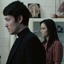 Simon Quarterman in una scena dell'horror demoniaco L'altra faccia del diavolo insieme a Fernanda Andrade