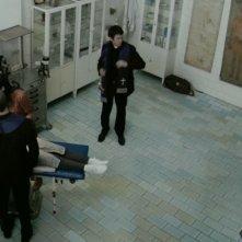 Simon Quarterman in una scena dell'horror demoniaco L'altra faccia del diavolo insieme a Suzan Crowley, Fernanda Andrade ed Evan Helmuth
