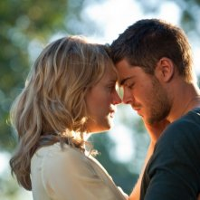 Taylor Schilling e Zac Efron in una tenera immagine di The Lucky One