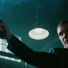 Tom Hardy punta la pistola in una scena del film Una spia non basta