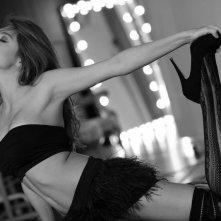 Una sensuale Caterina Mazzucco in una foto in bianco e nero