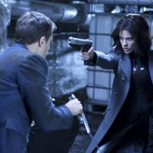 Kate Beckinsale pronta a sparare in una scena del film Underworld: il risveglio 3D