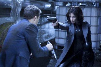 Kate Beckinsale pronta a sparare in una scena del film Underworld: il risveglio 3D