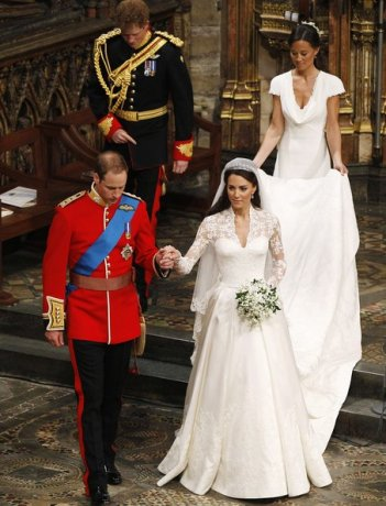 Principe William e Kate Middleton nel giorno delle nozze. Dietro di loro la sorella di lei, Pippa e il Principe Harry