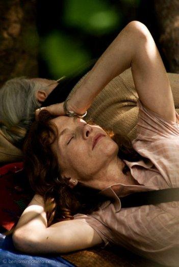 Captive: Isabelle Huppert si riposa in una scena del film