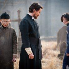 Christian Bale è John Miller in una scena del film The Flowers of War