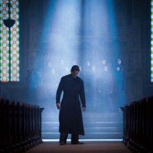 Christian Bale nella chiesa di Nanjing in una scena del film The Flowers of War