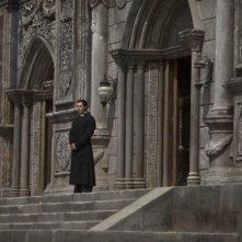 Christian Bale sul sagrato della chiesa di Nanjing in una scena del film The Flowers of War