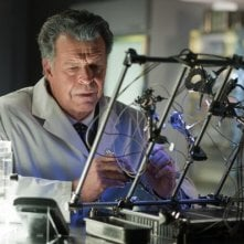 Fringe: John Noble in una scena dell'episodio Back to Where You've Never Been